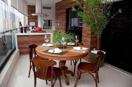 51. Móveis de madeira para área gourmet pequena com churrasqueira e cooktop instalado na ilha – Foto: Conceição Estrela Pinto Barbosa