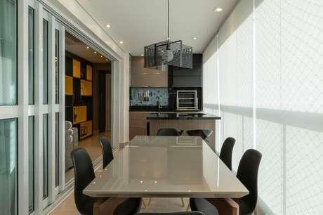 53. Móveis planejados para apartamento com área gourmet pequena com churrasqueira – Foto: LAM Arquitetura & Interiores