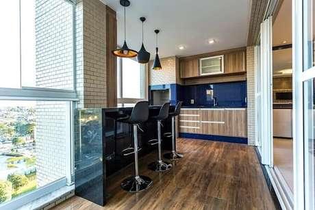 54. Móveis planejados e revestimento azul para apartamento com área gourmet pequena com churrasqueira – Foto: Só Decor