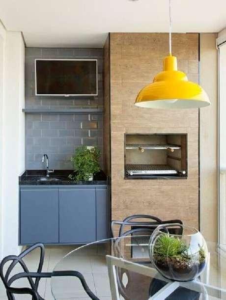 55. Pendente amarelo para decoração de área gourmet pequena planejada com churrasqueira – Foto: Pinterest
