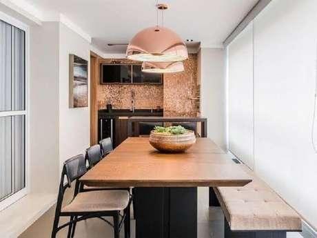 56. O revestimento e pendente cobre deram um toque moderno e sofisticado na decoração da área gourmet pequena de apartamento – Foto: Pinterest