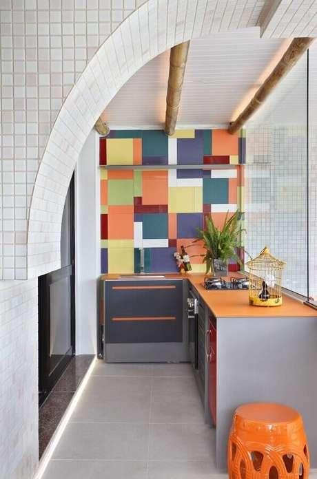 58. Revestimento colorido para decoração de área gourmet pequena de apartamento – Foto: Otimizi