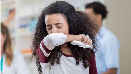 A tosse é um dos sintomas da covid-19