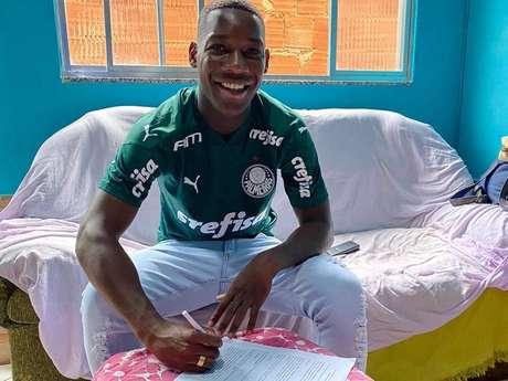 Patrick de Paula assinou o contrato em casa, já que o Palmeiras não está tendo atividades na CT devido àpandemia