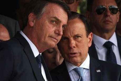 O presidente Jair Bolsonaro e o governador João Doria durante passagem do Comando Militar