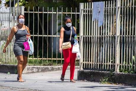 Movimentação de pedestres, alguns com máscara de proteção, no centro de Maceió (AL), neste sábado (21)