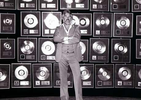 O astro da música country Kenny Rogers morreu na noite de sexta-feira, 20, aos 81 anos