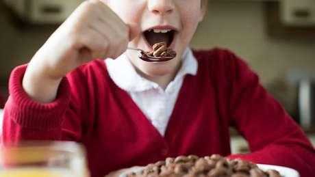 Diferentemente das comidas gordurosas, o açúcar faz com que os astrócitos se retirem dos neurônios, causando uma sensação de saciedade