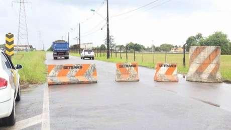 Prefeituras fecham acessos às cidades com barreiras físicas para evitar a entrada do coronavírus