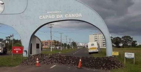 Barreira na entrada da cidade de Capão da Canoa (RS).