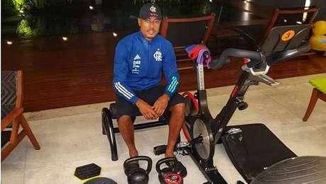 Flamengo mantém paralisação e entrega equipamentos para atletas treinarem em casa.