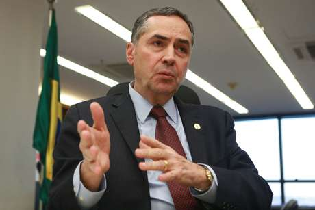 O ministro do Supremo Tribunal Federal, Luís Roberto Barroso, em seu gabinete no STF, em Brasília.
