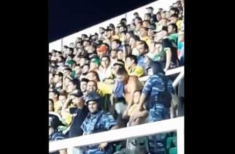 Torcedor do Defensa foi flagrado nas arquibancadas praticando ato racista (Foto: Reprodução/Twitter Fabio Conde)