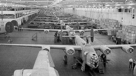 Linha de montagem da Ford na Segunda Guerra Mundial: fabricação intensa de aviões B-24.