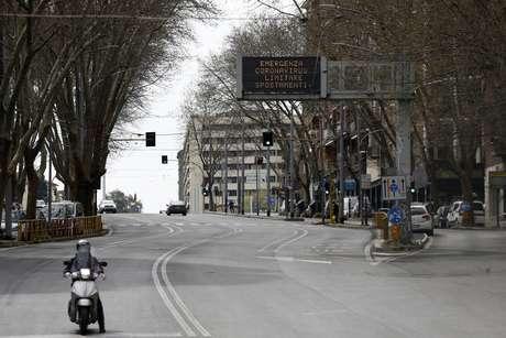 Ruas da cidade de Roma, capital da Itália, são vistas praticamente desertas na quinta- feira (19)