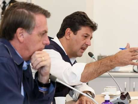 Presidente da República, Jair Bolsonaro e o Ministro da Saúde, Luiz Henrique Mandetta, durante videoconferência