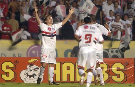 Dagoberto recebe homenagem do São Paulo (Foto: Divulgação/SPFC)