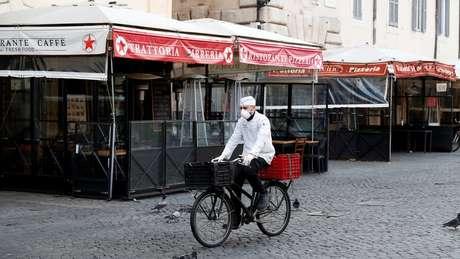 Em Roma, alguns bares e cafés seguem funcionando, mas apenas fazendo entregas