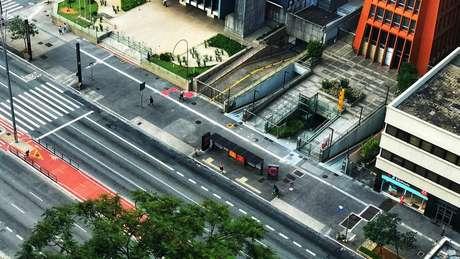 Avenida Paulista vazia no domingo; existe preocupação com a sustentação de pequenos negócios durante a pandemia
