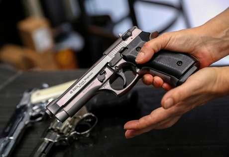 Comerciante mostra pistola de gás em loja em Budapeste 20/03/2020 REUTERS/Bernadett Szabo
