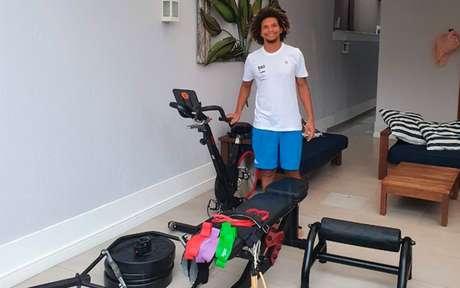 Para manter a forma física: Willian Arão com o kit entregue pelo Flamengo em sua casa (Foto: Reprodução/Twitter)