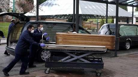 Corpo de pessoa morta pela covid-19 na Espanha; em asilo, idosos foram encontrados abandonados