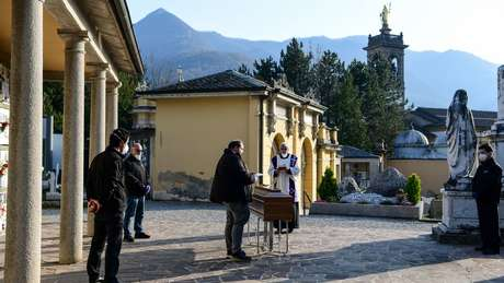 Sacerdotes celebram serviços funerários sem parentes na Itália.