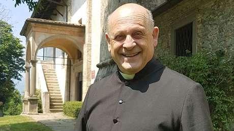 O padre Giuseppe Berardelli, de 72 anos, morreu no hospital de Lovere, em Bergamo.
