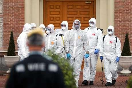 Integrantes de unidade militar de emergência realizam limpeza residencial para evitar coronavírus em Madri 23/03/2020 REUTERS/Susana Vera