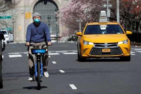 Homem anda de bicicleta na Park Avenue em Manhattan durante surto da doença do coronavírus (Covid-19), Nova York, EUA 24/03/2020 REUTERS/Mike Segar