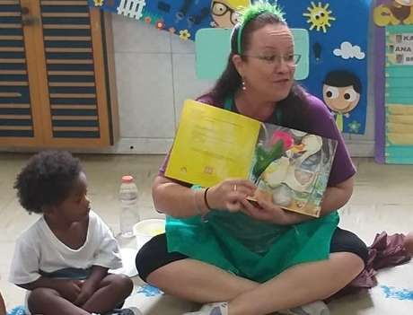 Professora de educação infantil da rede municipal do Rio, Cleide Arantes, produz vídeos curtos com histórias para entreter crianças.