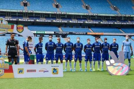 Jogadores do Grêmio usaram máscaras antes da pausa dos campeonatos - LUCAS UEBEL/GREMIO FBPA