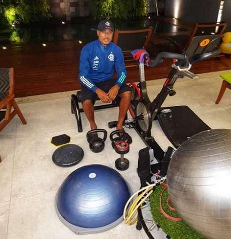 Bruno Henrique e os equipamentos cedidos pelo Flamengo (Foto: Reprodução / Twitter)