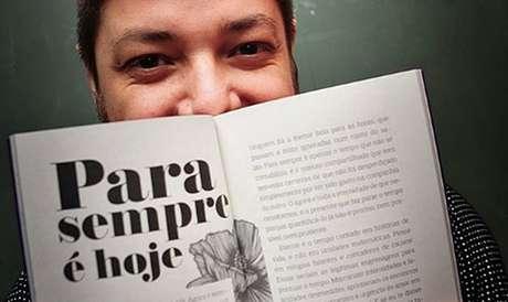 Bruno Lima Penido com seu livro: amado pelos amigos e admirado por sua obra na TV e na literatura