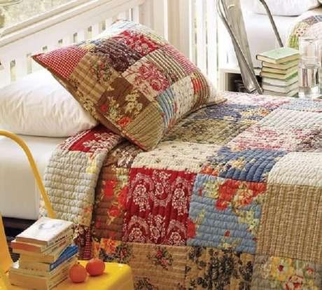 2. A colcha de retalhos dá um ar super criativo para seu quarto – Foto: Via Pinterest