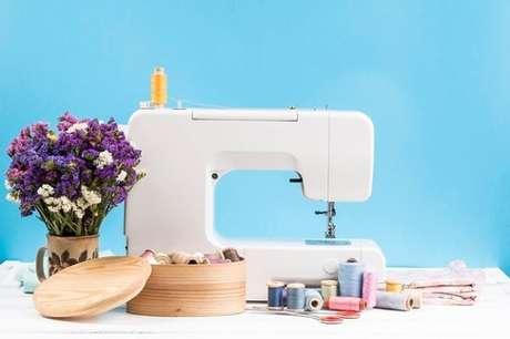 7. A máquina de costura é uma boa aliada no processo de produção de sua colcha de retalhos – Foto: Freepik