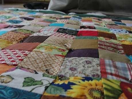 6. Organizar os tecido no chão antes de costurá-los pode ser uma boa opção – Foto: Retalho de Lua