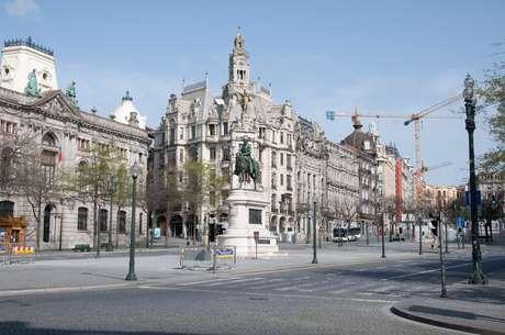 Cenas de Porto e Vila Nova de Gaia na região norte de Portugal: ruas e pontos turísticos esvaziados