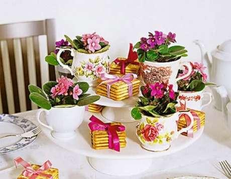 5- Os pequenos vasos de violetas são ideias para decorar o centro das mesas. Fonte: Artesanato e Reciclagem