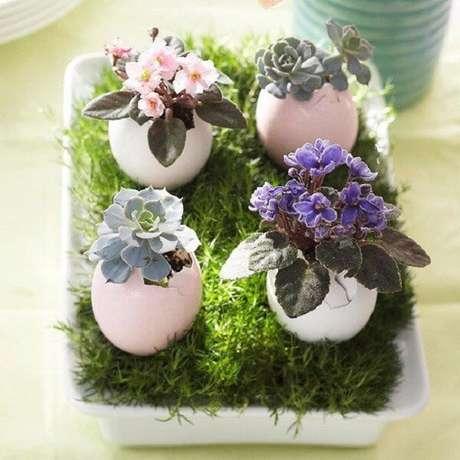 24- O Arranjo de mesa para Páscoa utiliza mudas de violetas e suculentas plantadas em cascas de ovo. Fonte: Blog: Claudiasa 70