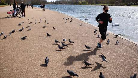 Mulher corre em parque de Londres
