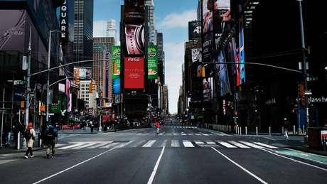 Ruas de Manhattan, desertas por conta das medidas restritivas