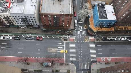 Las autoridades de Nueva York ordenaron cerrar comercios no esenciales y que la gente que evite salir de sus casas.