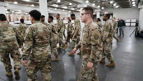 Efectivos de la Guardia nacional se aprestan a instalar un hospital temporal en un centro de conferencias en Manhattan.