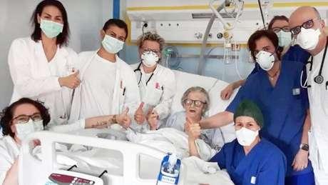 Alma Clara Corsini com a equipe médica que a tratou no hospital Pavullo em Modena, Itália
