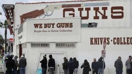 Donos e funcionários de lojas de armas dizem que houve um salto nas vendas, com longas filas nas calçadas