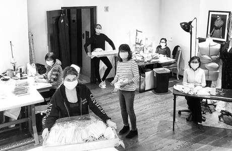 Christian Siriano postou uma foto de sua equipe produzindo as máscaras