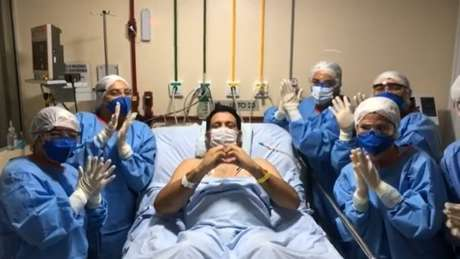 Marcelo Magno apareceu em vídeo acordado e fazendo um coração com as mãos