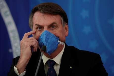 Jair Bolsonaro utiliza máscara durante entrevista coletiva