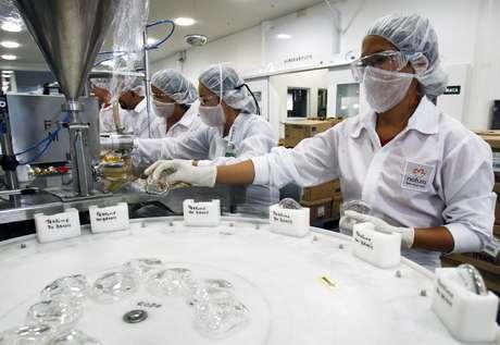 Linha de produção em fábrica da Natura em Cajamar (SP)  01/09/2009 REUTERS/Paulo Whitaker
